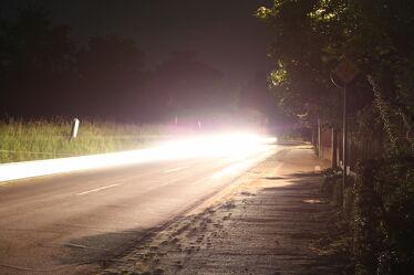 Bild mit Straßen und Wege, Straßen, Landschaft, Licht, Nacht, Romantische Straßenlampe, Auto, Beleuchtung, scheinwerfer, Mitternacht