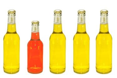 Bild mit Farben,Gelb,Gegenstände,Lebensmittel,Trinken,Getränke,Liköre,Alkohol,Flaschen,Küchenbild,Flasche,Bierflasche,Bierflaschen,gelbe Flasche,rote Flasche,Trinkflasche,Küchenbilder,Küche