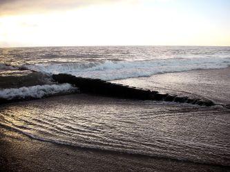 Bild mit Natur,Elemente,Wasser,Landschaften,Himmel,Wolken,Gewässer,Küsten und Ufer,Felsen,Materialien,Meere,Strände,Horizont,Brandung,Wellen,Stein,Sand,Aktivitäten,Urlaub