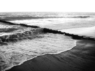 Bild mit Farben,Natur,Elemente,Wasser,Landschaften,Himmel,Gewässer,Küsten und Ufer,Materialien,Meere,Strände,Horizont,Brandung,Wellen,Stein,Sand,schwarz weiß,SW