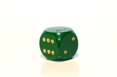 Bild mit Farben,Gegenstände,Grün,Weiß,Haushalt,Spiele und Spielzeuge,Möbel,Tische,Würfel,Spielwürfel,Glückswürfel,6er Würfel,Spiel,grüner Würfel
