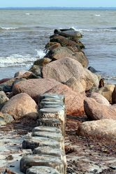 Bild mit Gegenstände, Natur, Elemente, Wasser, Landschaften, Gewässer, Küsten und Ufer, Felsen, Holz, Meere, Strände, Buchten, Strand, Sandstrand, Meerblick, Meer