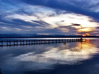 Bild mit Natur,Elemente,Wasser,Landschaften,Himmel,Wolken,Gewässer,Küsten und Ufer,Meere,Strände,Horizont,Brandung,Wellen,Sonnenuntergang,Sonnenuntergang,Architektur,Blau,Dämmerung,Industrie,Häfen,Sunset,mystisch