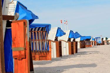 Bild mit Farben,Gegenstände,Natur,Landschaften,Himmel,Jahreszeiten,Gewässer,Küsten und Ufer,Materialien,Meere,Strände,Stein,Sand,Aktivitäten,Urlaub,Blau,Sommer