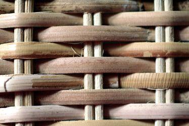 Bild mit Gegenstände, Materialien, Holz, Struktur, Korbstruktur, geflochten, geflochtene Weide