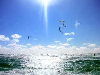 Bild mit Natur, Elemente, Wasser, Landschaften, Himmel, Jahreszeiten, Wolken, Gewässer, Meere, Horizont, Brandung, Wellen, Aktivitäten, Urlaub, Tageslicht, Sport, Wassersport, Surfen, Sommer, Kitesurfen