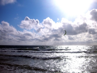 Bild mit Natur,Elemente,Wasser,Landschaften,Himmel,Wolken,Gewässer,Küsten und Ufer,Meere,Strände,Horizont,Brandung,Wellen,Aktivitäten,Urlaub,Tageslicht,Sport,Wassersport,Surfen,Kitesurfen